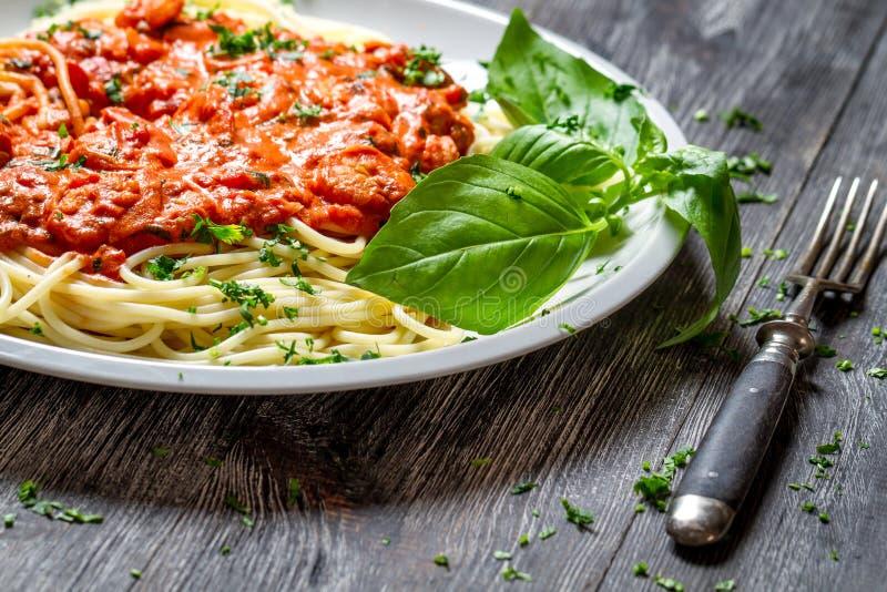 Espaguetis boloñés con los mariscos y la albahaca foto de archivo libre de regalías