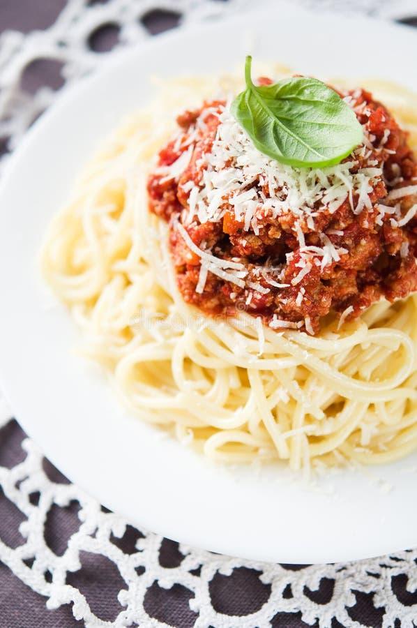 Espaguetis boloñés con parmesano foto de archivo libre de regalías