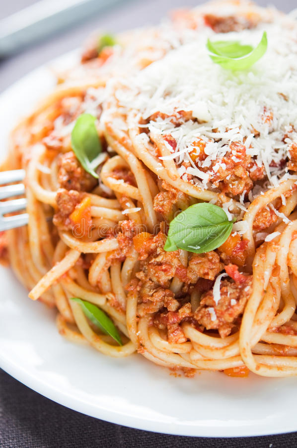 Espaguetis boloñés con parmesano y albahaca fotografía de archivo libre de regalías