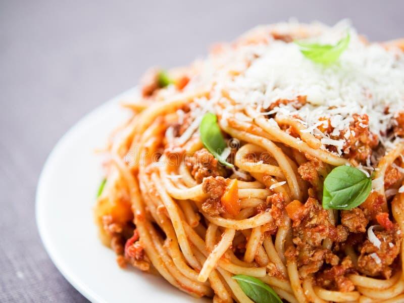 Espaguetis boloñés con parmesano y albahaca fotos de archivo libres de regalías