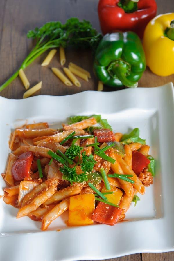 Espaguetis boloñés con parmesano y albahaca imagenes de archivo