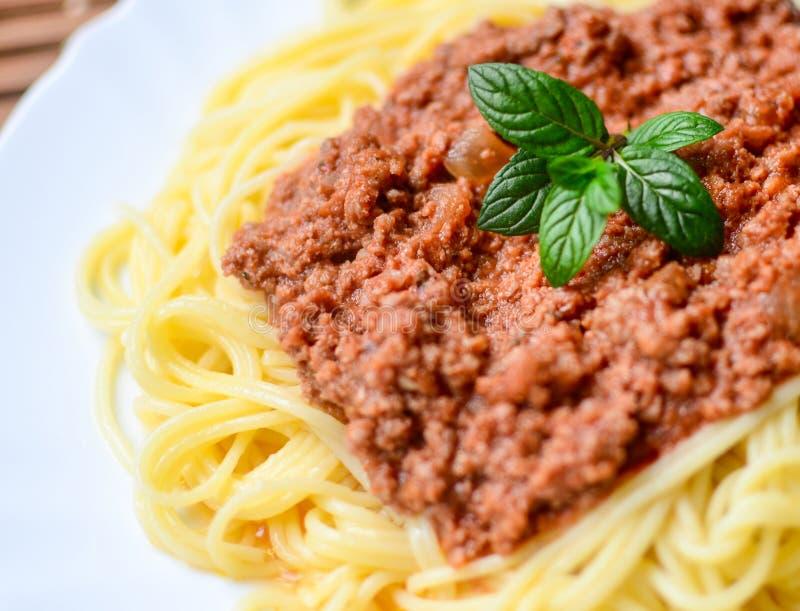 Espaguetis boloñés en tiro macro de la placa blanca imagenes de archivo