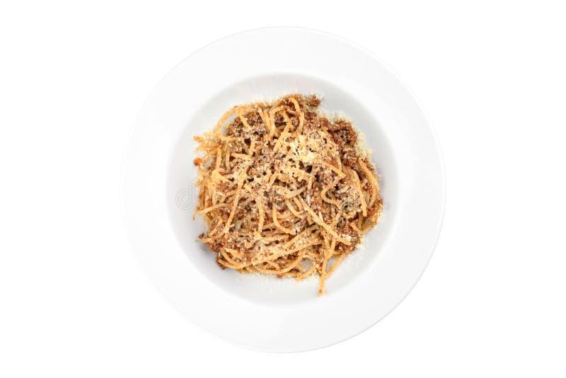 Espaguetis boloñés en una placa blanca aislada en el fondo blanco fotos de archivo