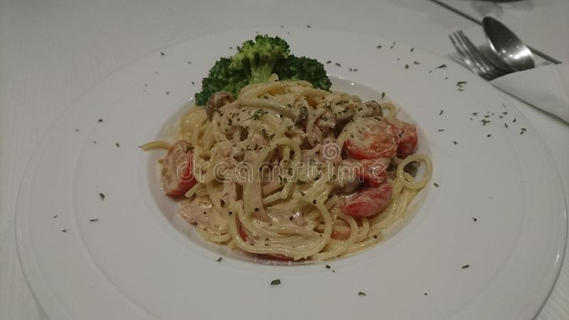 Espaguetis Carbonara con Cherry Tomatoes imagenes de archivo