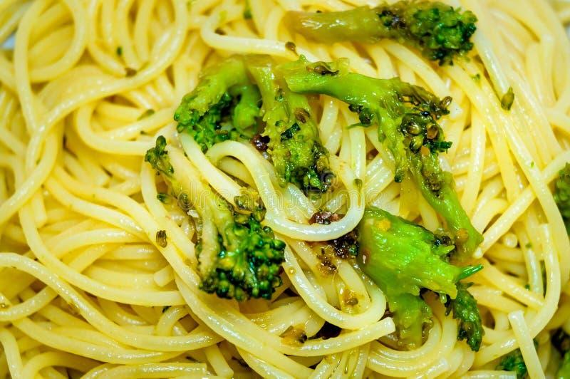 Espaguetis con bróculi fotos de archivo