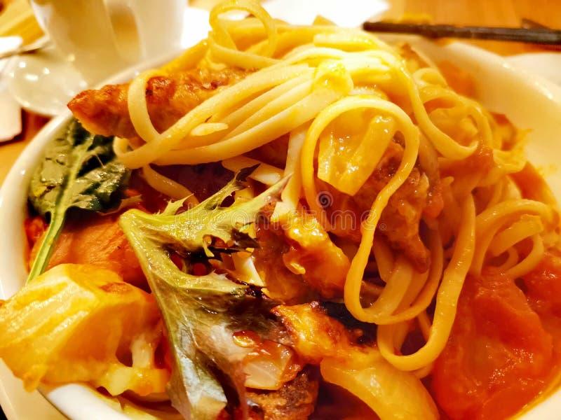 Espaguetis con cerdo y verduras fritos imágenes de archivo libres de regalías