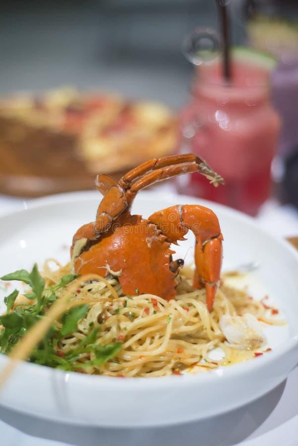 Espaguetis con el cangrejo cocido al vapor y la salsa picante imágenes de archivo libres de regalías