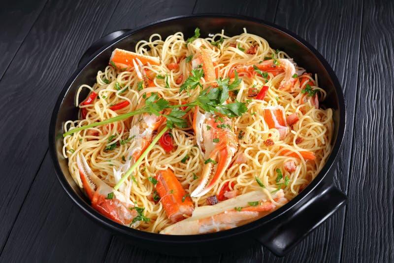 Espaguetis con el cangrejo en salsa picante del vino blanco imagen de archivo
