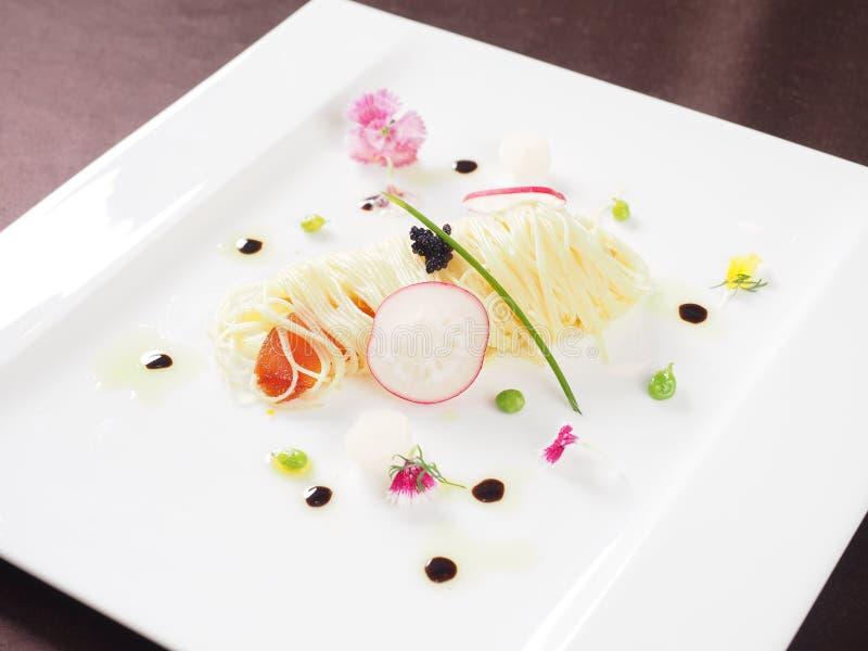 Espaguetis con el caviar en la placa blanca en restaurante asiático fotografía de archivo libre de regalías