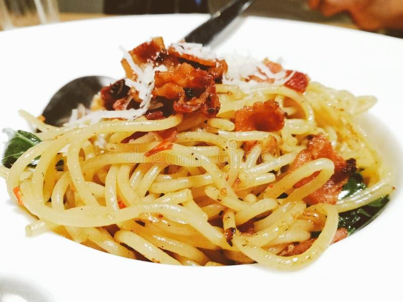 Espaguetis con el chile, el ajo y el tocino fotos de archivo