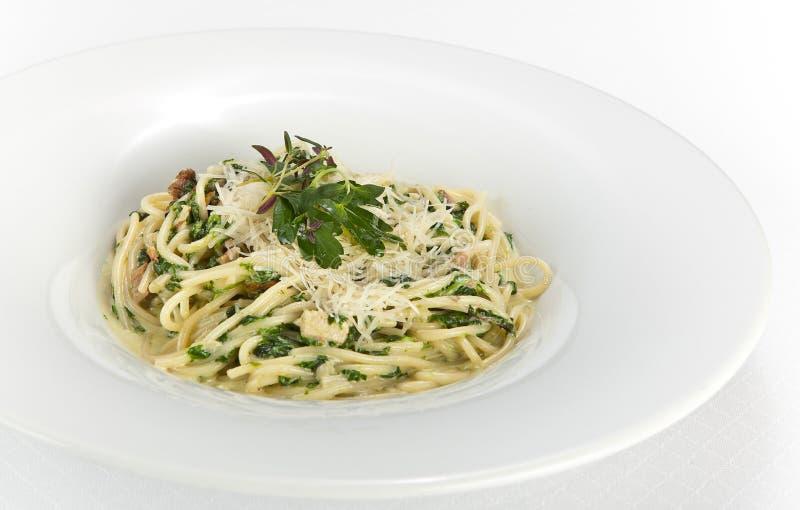 Espaguetis con espinaca y setas foto de archivo libre de regalías