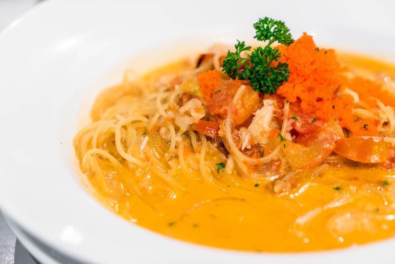 Espaguetis con la salsa cremosa del cangrejo foto de archivo libre de regalías