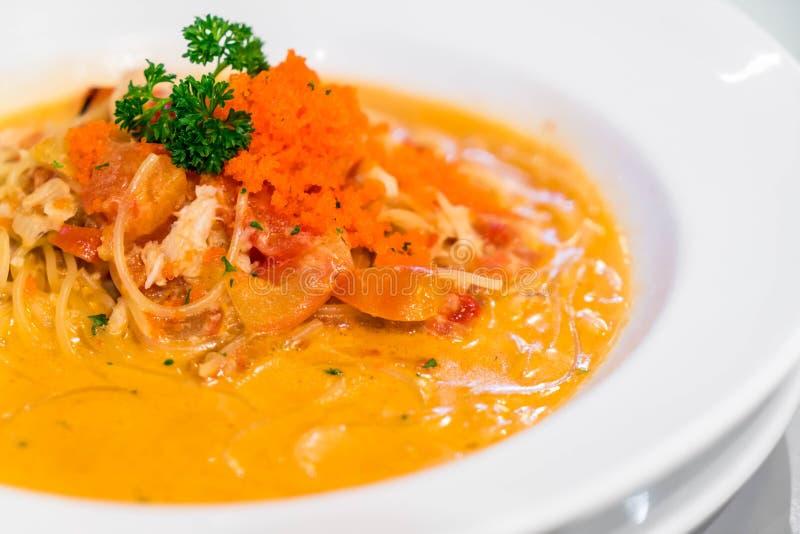 Espaguetis con la salsa cremosa del cangrejo fotos de archivo libres de regalías