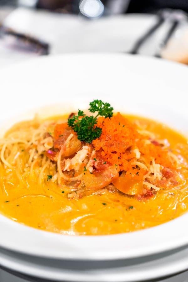 Espaguetis con la salsa cremosa del cangrejo fotografía de archivo