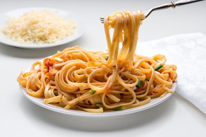 Espaguetis con la salsa de tomate fotografía de archivo