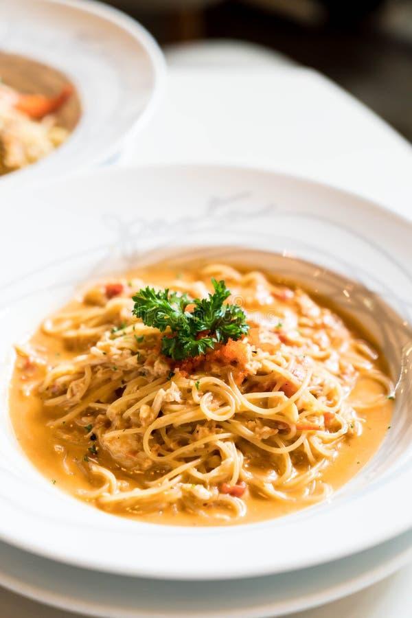 espaguetis con la salsa del cangrejo imágenes de archivo libres de regalías