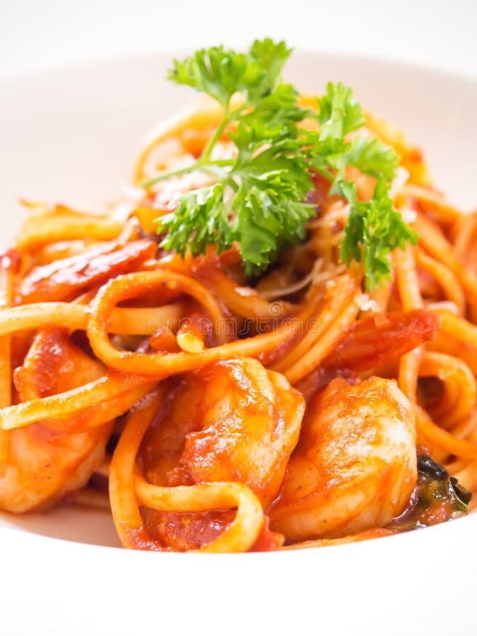 Espaguetis con la salsa y el camarón rojos Carne preferida para el noo del amante fotos de archivo libres de regalías