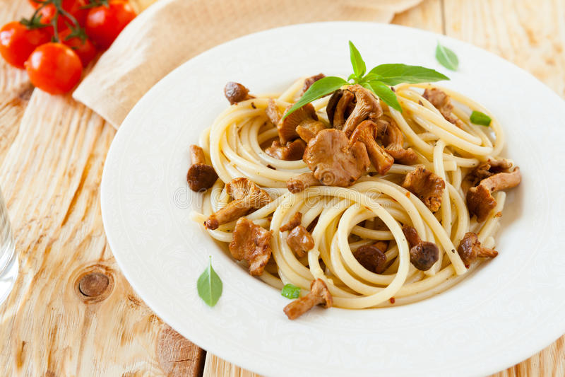 Espaguetis con las setas salvajes asadas imagen de archivo libre de regalías