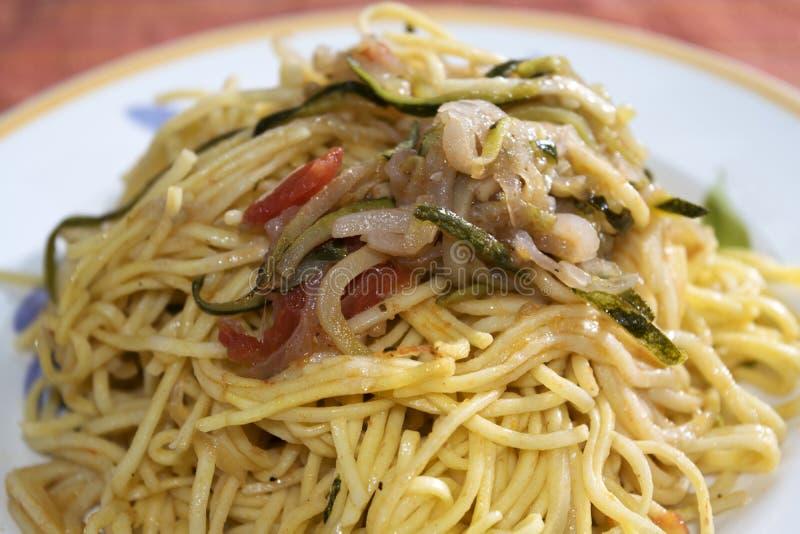 Espaguetis con las verduras imagenes de archivo