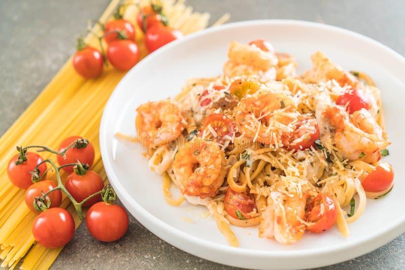 espaguetis con los camarones, los tomates, la albahaca y el queso fotografía de archivo libre de regalías
