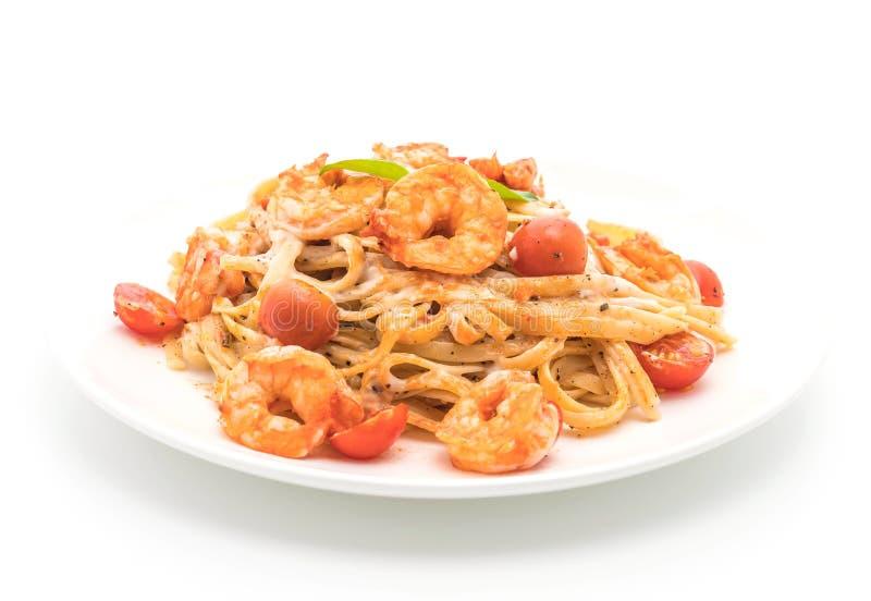 Espaguetis con los camarones y los tomates fotografía de archivo libre de regalías