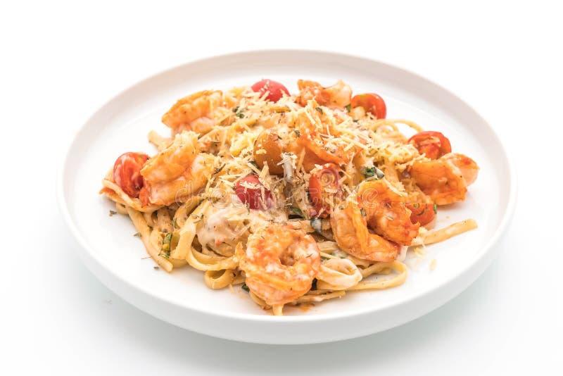 Espaguetis con los camarones y los tomates foto de archivo