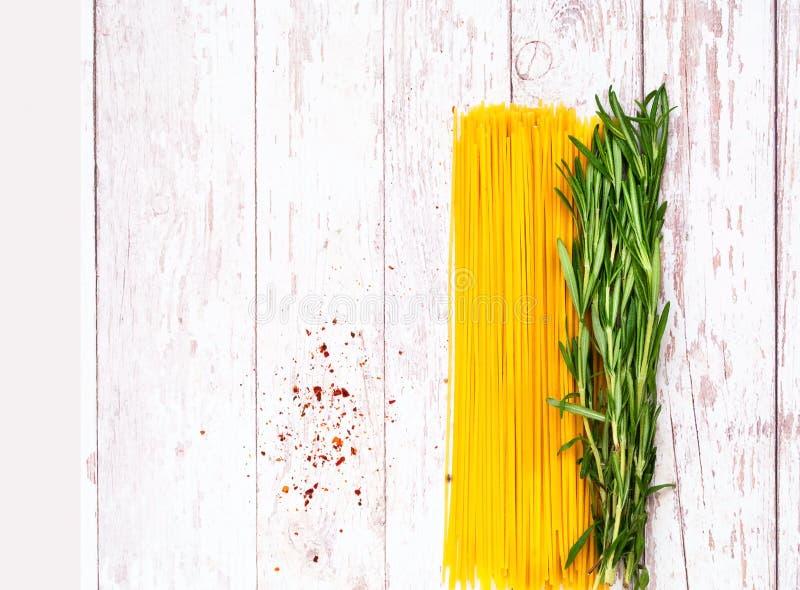 Espaguetis con los ingredientes en fondo de madera Concepto sano de la consumici?n imágenes de archivo libres de regalías