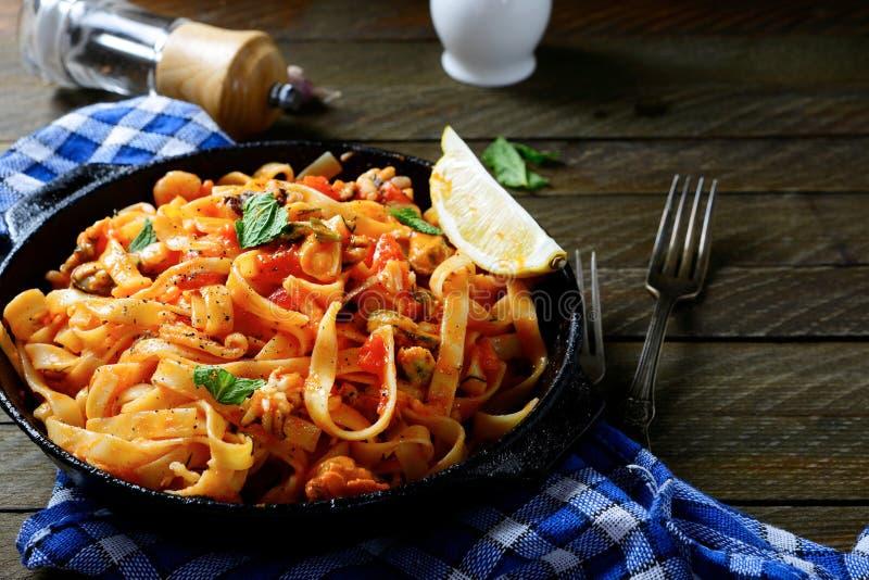 Espaguetis con los mariscos en una cacerola imágenes de archivo libres de regalías