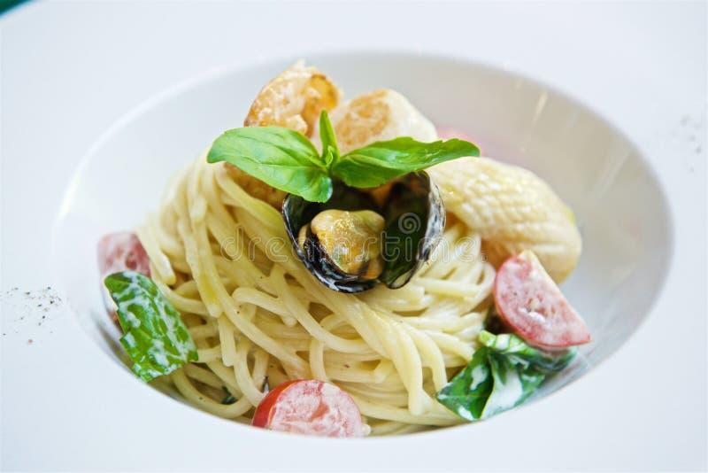 Espaguetis con los mariscos y los tomates foto de archivo libre de regalías