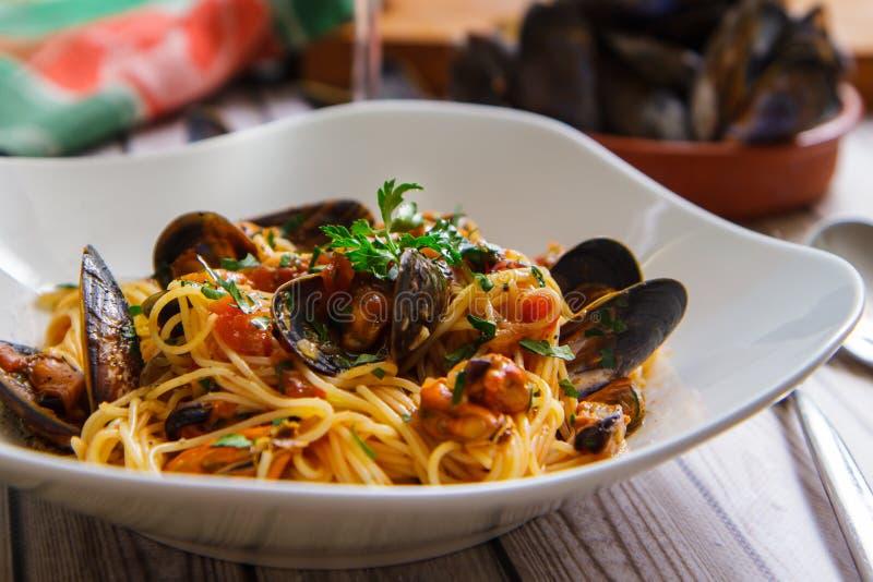 Espaguetis con los mejillones en primer de la salsa de tomate imagen de archivo