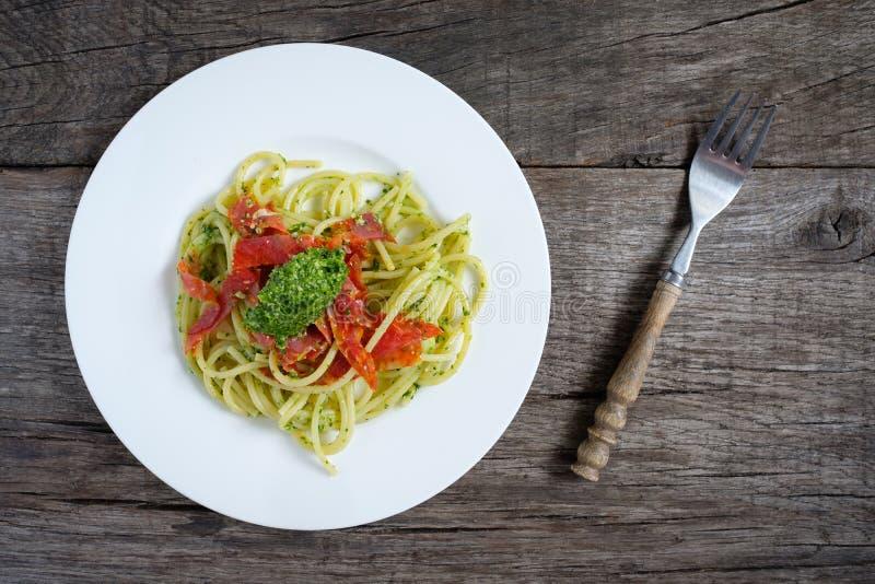 Espaguetis con pesto del cohete y la salchicha picante del salami del ventricina foto de archivo libre de regalías