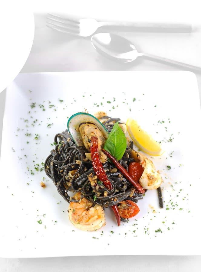 Espaguetis con Tiger Prawns imagenes de archivo