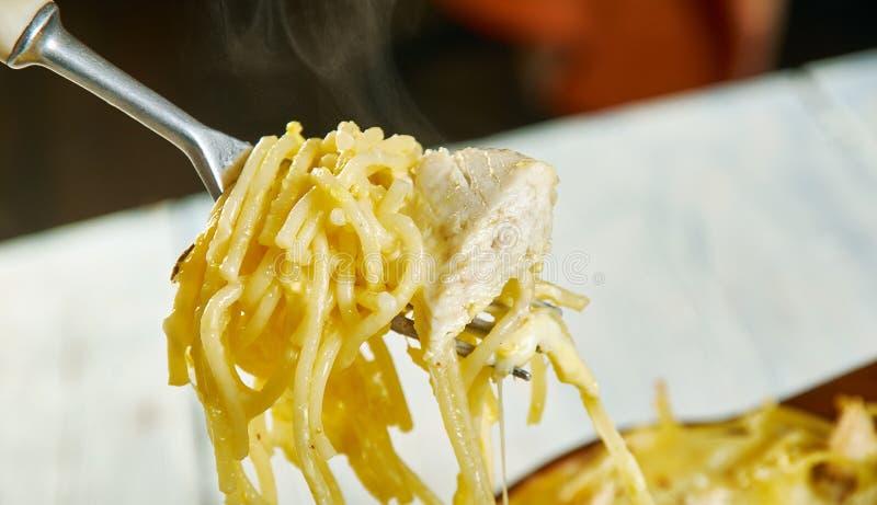 Espaguetis cremosos, caseosos del pollo foto de archivo