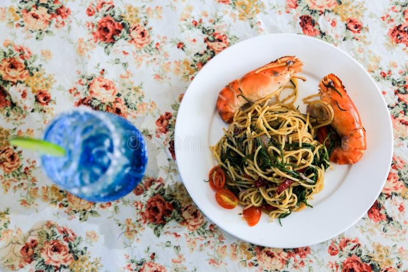 Espaguetis de la pimienta con el camarón fotografía de archivo