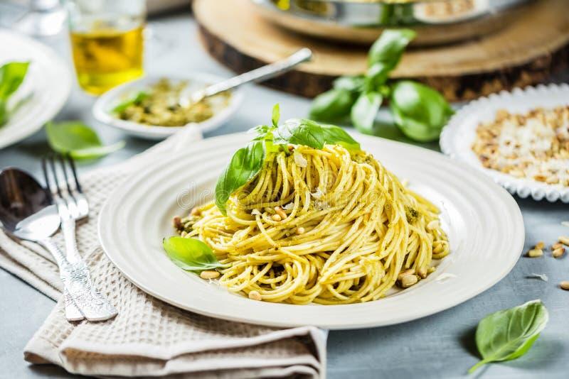 Espaguetis de las pastas con crema y queso de la albahaca Opinión superior sobre la tabla de piedra gris Pastas vegetales vegetar imagenes de archivo