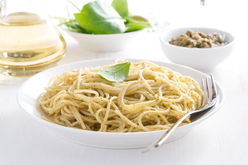 Espaguetis de las pastas con el pesto, horizontal fotografía de archivo