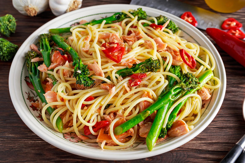 Espaguetis de las pastas con el salmón ahumado, los chiles y el bróculi fotos de archivo libres de regalías