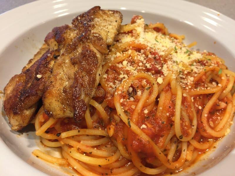 Espaguetis del pollo fotografía de archivo