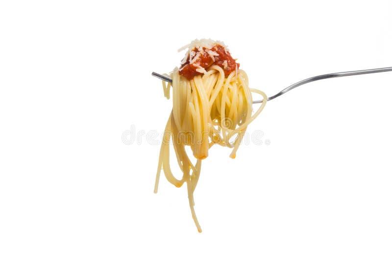 Espaguetis en la bifurcación con la salsa de tomate fresca y el parmesano rallado fotografía de archivo libre de regalías