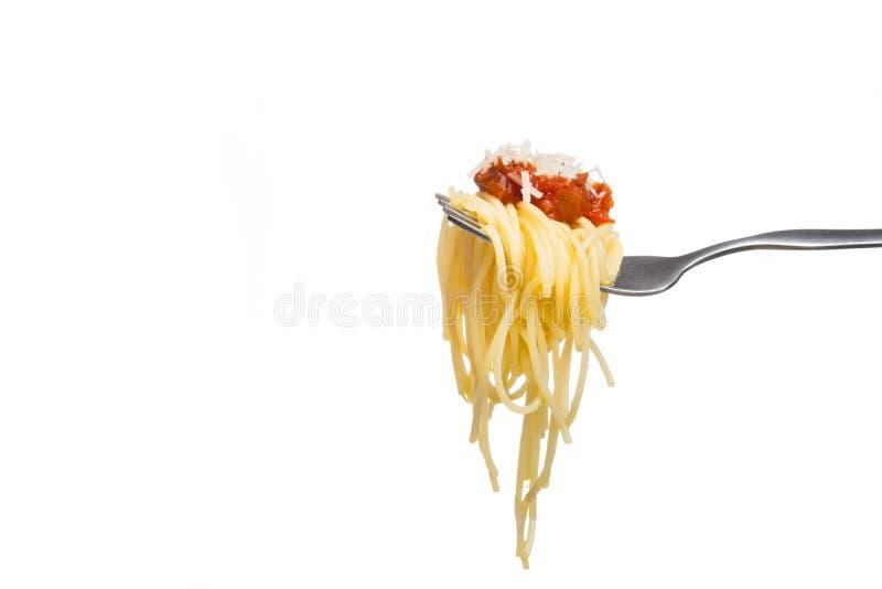 Espaguetis en la bifurcación con la salsa de tomate fresca y el parmesano rallado foto de archivo libre de regalías
