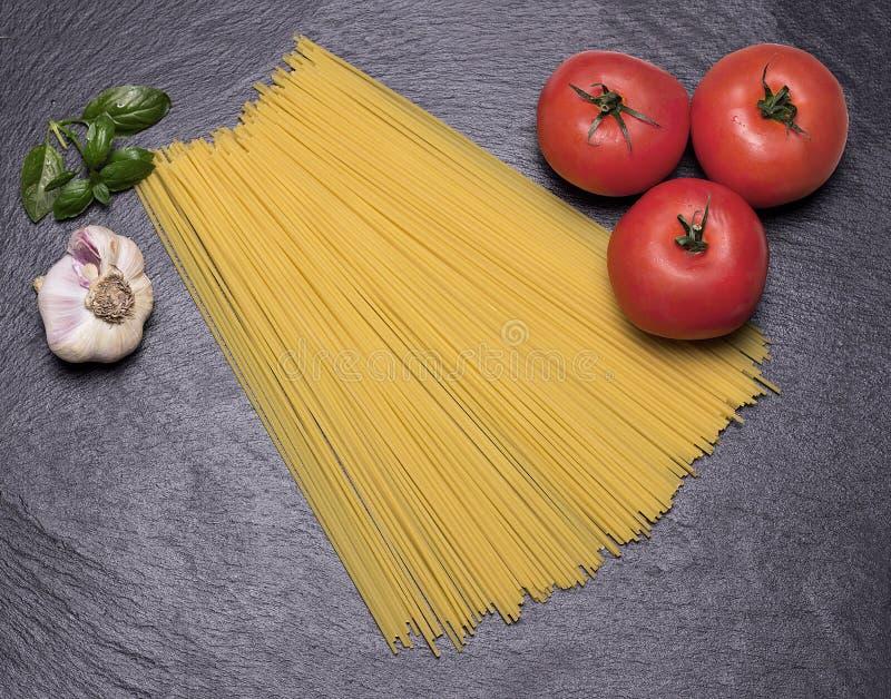 Espaguetis en la tabla de cortar foto de archivo