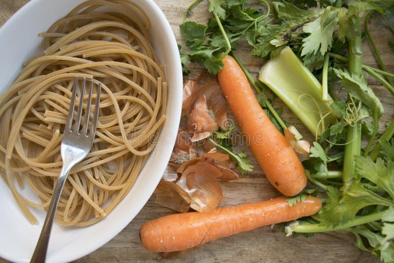 Espaguetis enteros vegetarianos imagen de archivo libre de regalías
