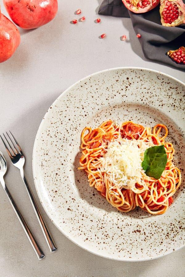 Espaguetis italianos clásicos con la salsa de Amatriciana imagenes de archivo