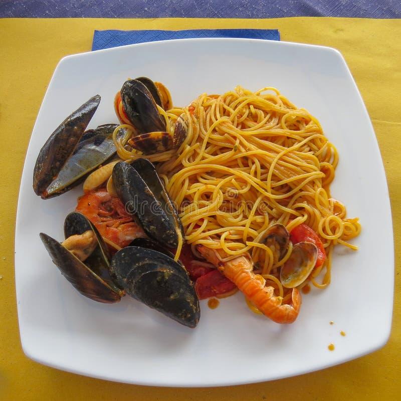 Espaguetis italianos de las pastas con los mariscos Mejillones y camarón en la cáscara imagen de archivo