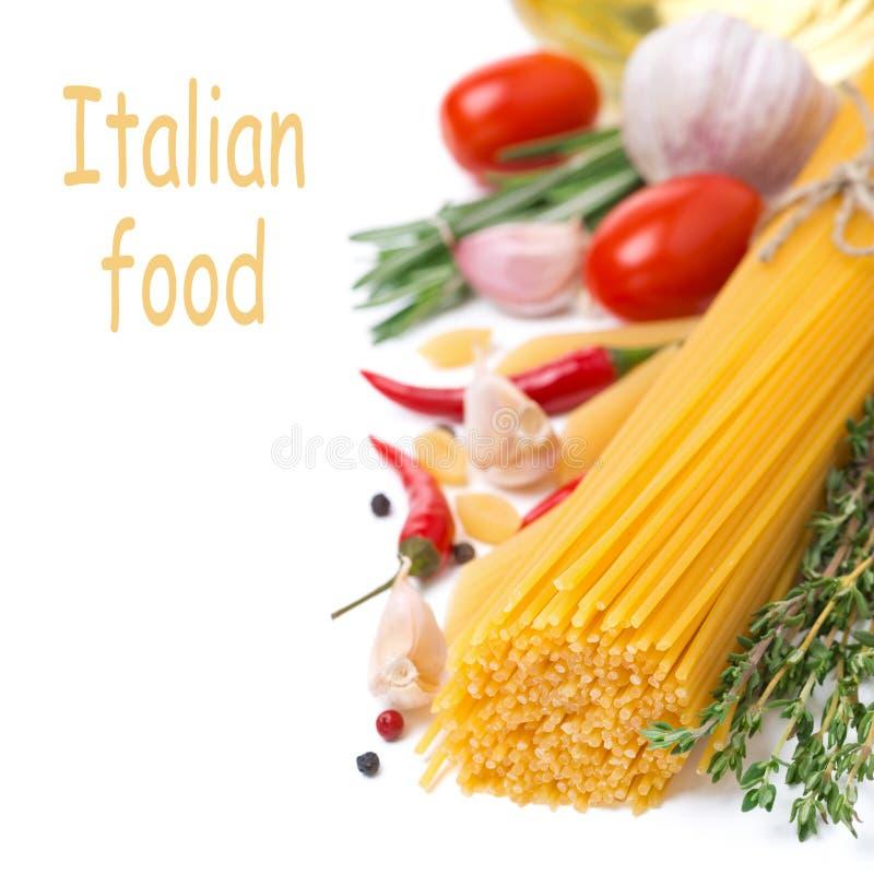 Espaguetis italianos de las pastas, especias, tomates e hierbas, aislados imagen de archivo libre de regalías