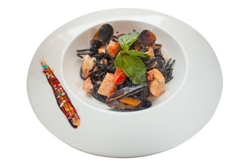 Espaguetis negros deliciosos Neri con la salsa cremosa y los mariscos imagen de archivo libre de regalías