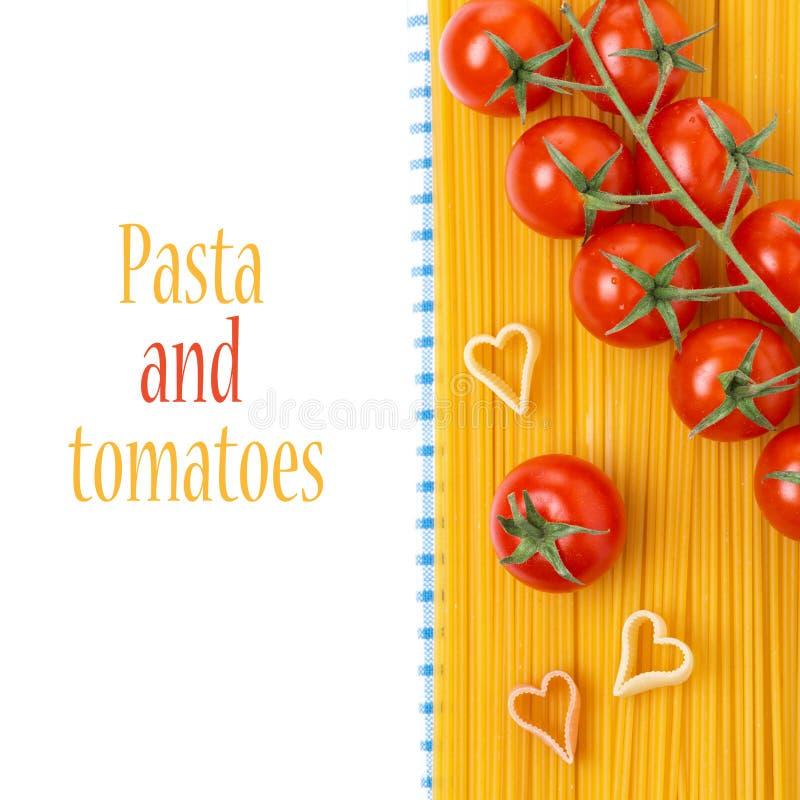 Espaguetis, pastas bajo la forma de corazón, tomates de cereza, aislados fotos de archivo
