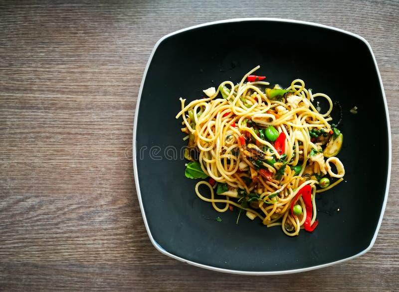 Espaguetis picantes con las pastas tailandesas del estilo de los mariscos fotos de archivo
