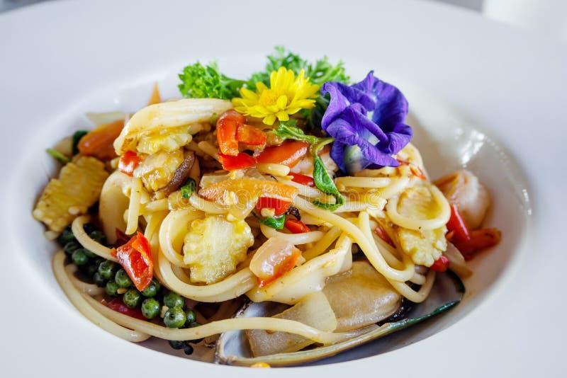 Espaguetis picantes sofritos con los mariscos foto de archivo libre de regalías