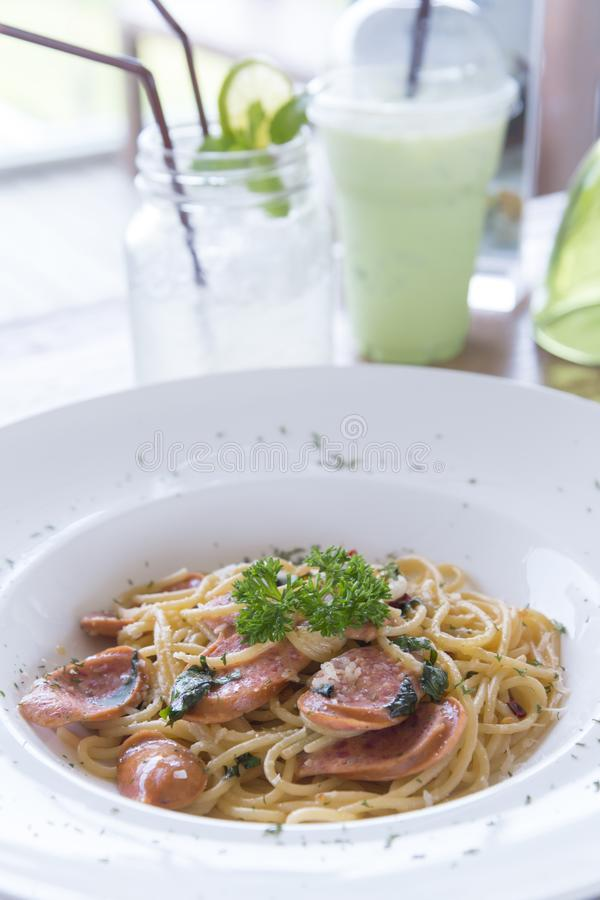 Espaguetis picantes y salchicha hecha en casa con el estilo tailandés que cocina, fu imagenes de archivo